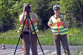 https://upload.wikimedia.org/wikipedia/commons/f/fd/Polizei_laser_messung.jpg